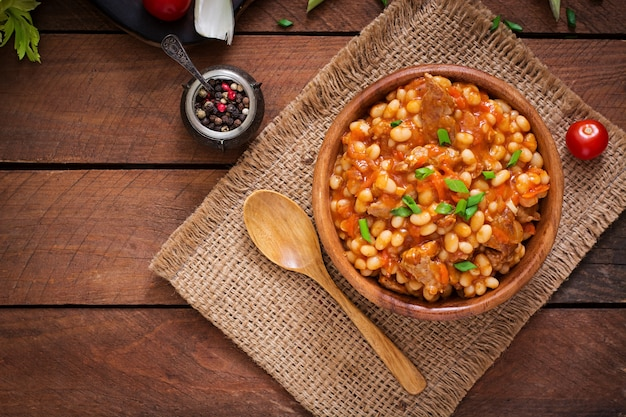 トマトソースで肉を蒸した白豆。上面図