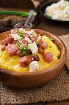 バノッシュ-ベーコン、パチパチ、チーズ入りのウクライナフッスルミール(トウモロコシのお)
