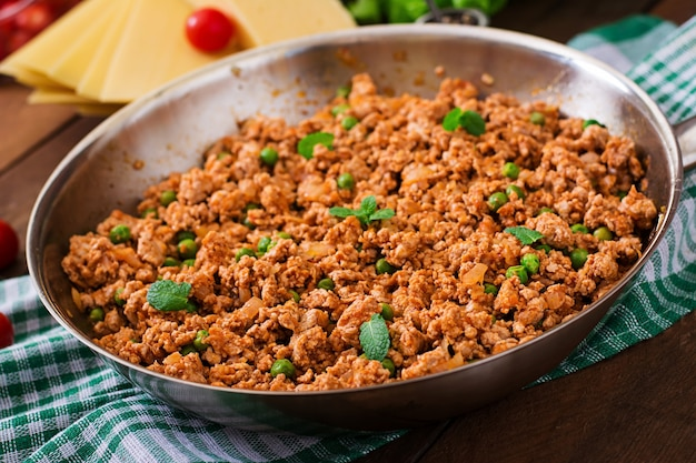 ラザニアを詰めるためのフライパンでひき肉。