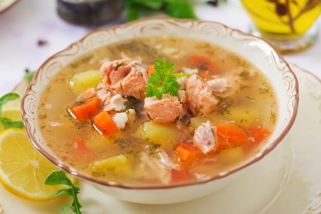 ボウルに野菜とサーモンスープ。