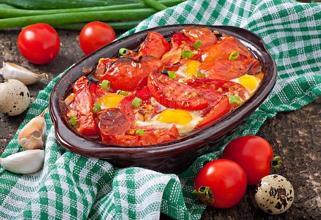 ねぎで飾られたニンニクと卵焼きトマト
