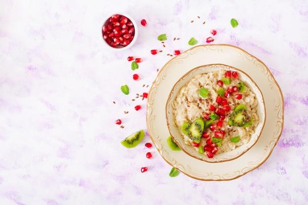フルーツ、ベリー、亜麻の種子が入ったおいしいヘルシーなオートミールポリッジ。健康的な朝食。フィットネス食品。適切な栄養。