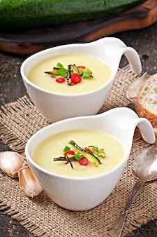 ニンニクと唐辛子入りズッキーニのクリームスープ