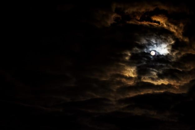 満月と美しい雲のある夜空。