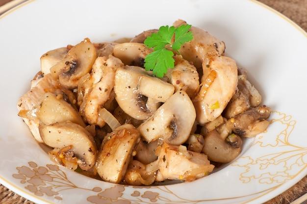 Обжаренная курица с грибами