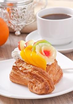 フルーツとホイップクリームのパフ