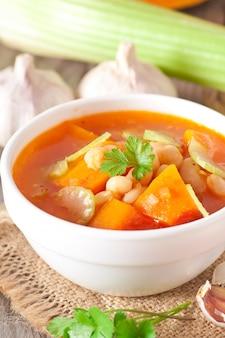 カボチャ、豆、セロリのトマトスープ