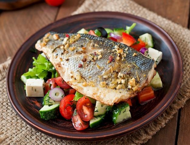 Запеченный сибас с греческим салатом