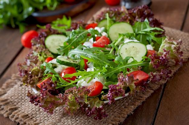 カッテージチーズ、ハーブ、野菜の便利なダイエットサラダ