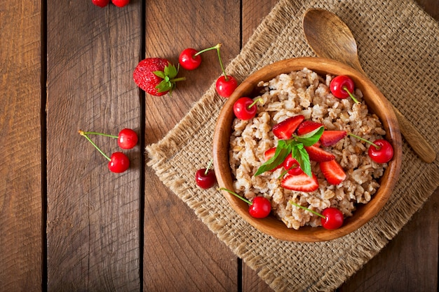 Овсяная каша с ягодами в белой миске