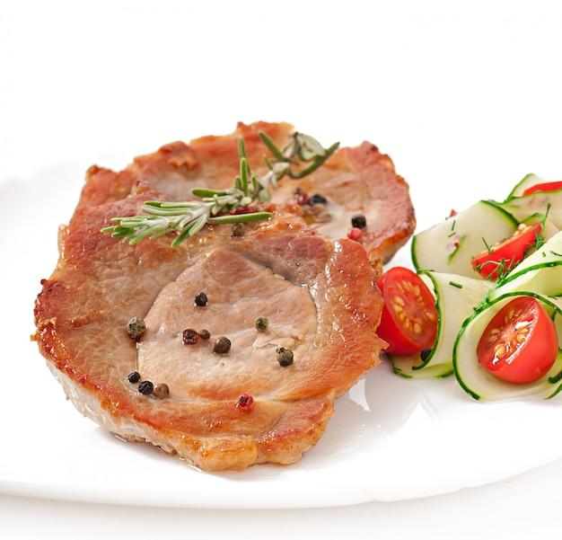 ステーキ肉と野菜のサラダ