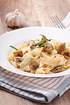 Вегетарианское блюдо с тальятелле и грибами
