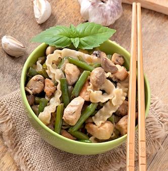肉、豆、きのこ入り麺