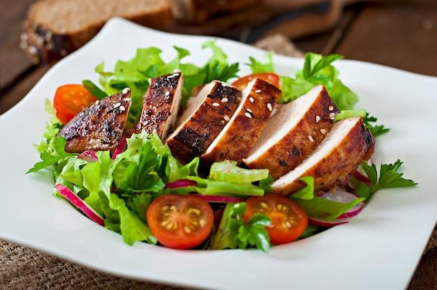 Салат из свежих овощей с жареной куриной грудкой.