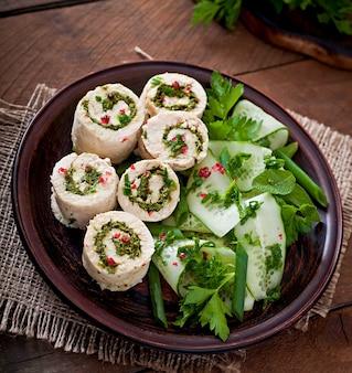 ブラウンプレートに野菜と新鮮野菜のサラダと蒸しチキンロール
