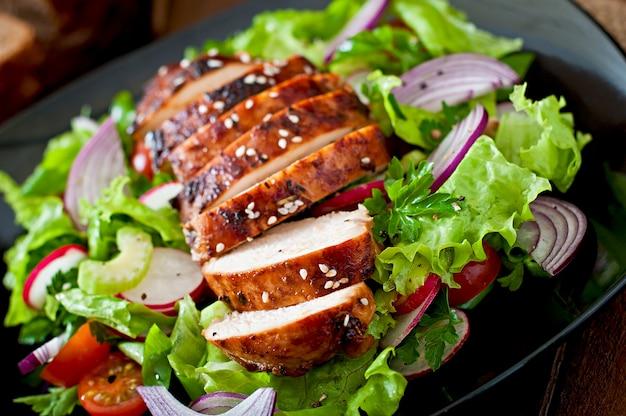 鶏胸肉のグリルと新鮮野菜のサラダ。