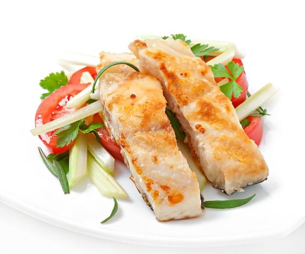 Жареное филе рыбы и салат из свежих овощей