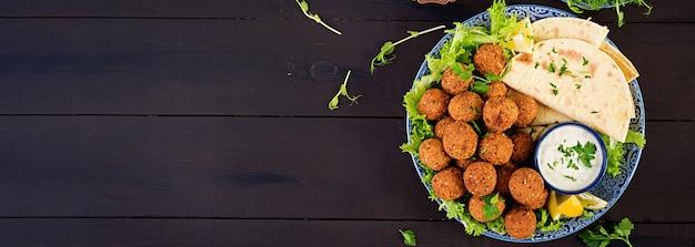 ファラフェル、フムス、ピタ。中東料理またはアラビア料理。ハラル食品。上面図。バナー