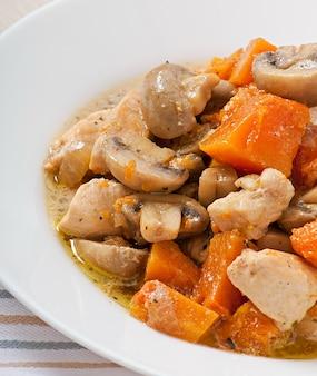 チキンと野菜とキノコのクリームソース煮込み