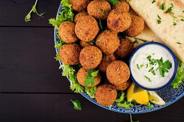 ファラフェル、フムス、ピタ。中東料理またはアラビア料理。ハラル食品。上面図。コピースペース