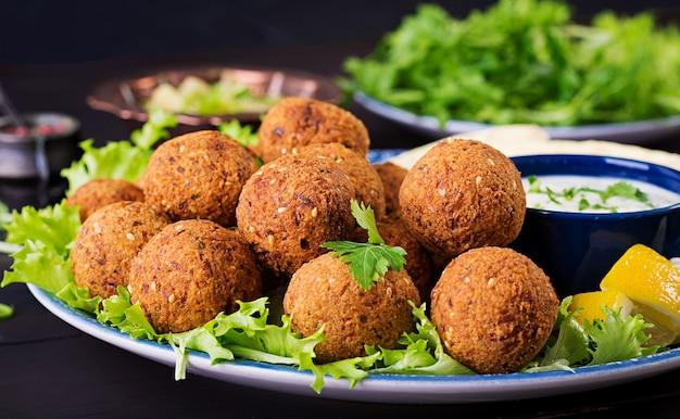 ファラフェル、フムス、ピタ。中東料理またはアラビア料理。ハラル食品。