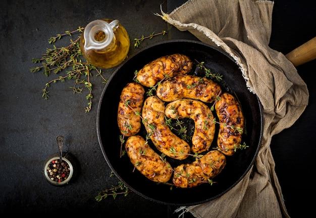 七面鳥の切り身と鍋にキノコからの食用ソーセージ