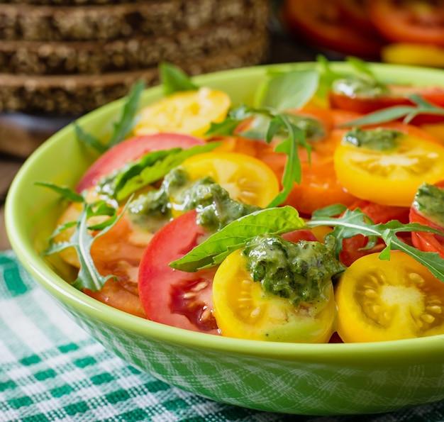 Летний томатный салат с базиликом, песто и рукколой
