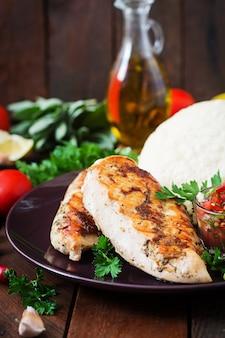 鶏胸肉のグリル、フレッシュトマトサルサとピタ添え。