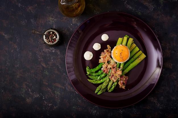 トーストにハムと鶏卵の卵黄とアスパラガスの若い芽