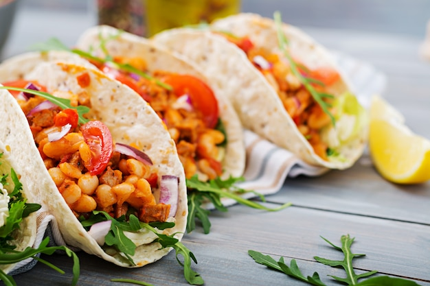 メキシコのタコス、牛肉、トマトソースとサルサの豆