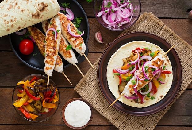 鶏肉、野菜のグリル、赤玉ねぎとメキシコのタコス。