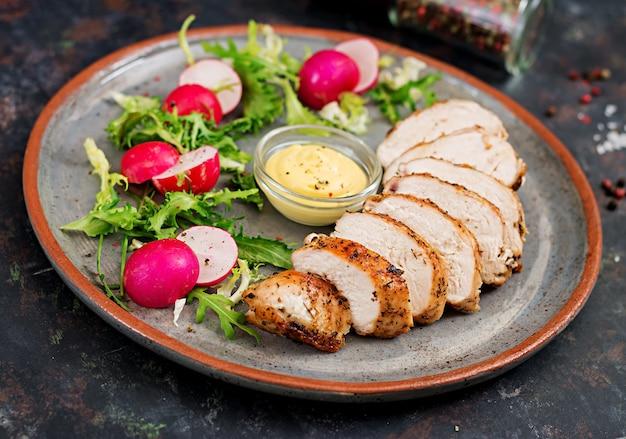 焼き鳥の胸肉と新鮮な野菜を皿の上に。適切な栄養。食事メニュー。