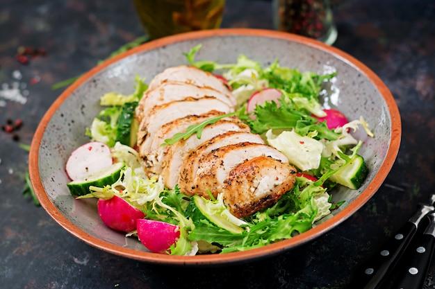 新鮮な野菜と焼き鶏の胸肉のサラダボウル。適切な栄養。食事メニュー。