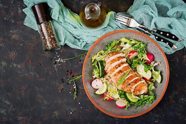 新鮮な野菜と焼き鶏の胸肉のサラダボウル。適切な栄養。食事メニュー。平干し。上面図
