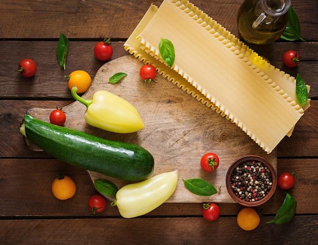 ベジタリアンラザニアの材料。食事メニュー。上面図