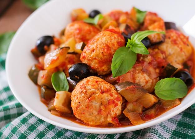Сочные фрикадельки из мяса индейки с овощами (цуккини, баклажаны, оливки, помидоры)