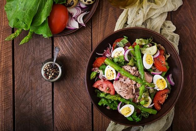 マグロ、トマト、アスパラガス、タマネギのサラダ。サラダニコライズ