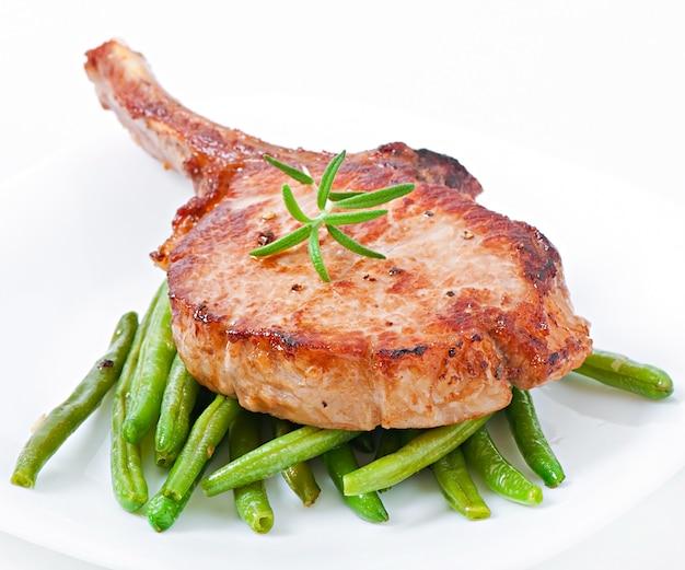 Сочный стейк из свинины на гриле с зеленой фасолью