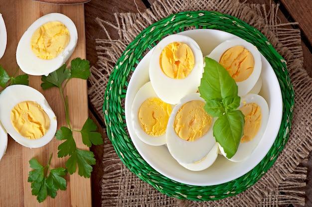 パセリの葉で飾られたボウルにゆで卵