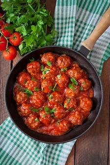 Фрикадельки в кисло-сладком томатном соусе.
