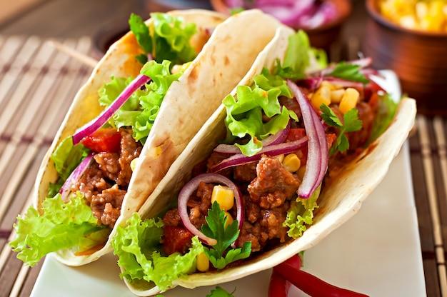 肉、野菜、赤玉ねぎとメキシコのタコス