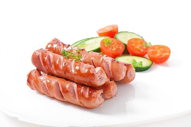 Колбаски на гриле и салат
