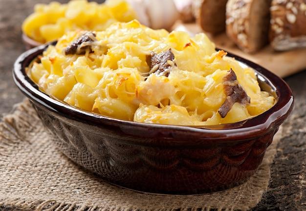 マカロニ、チーズ、チキン、マッシュルームのオーブン焼き