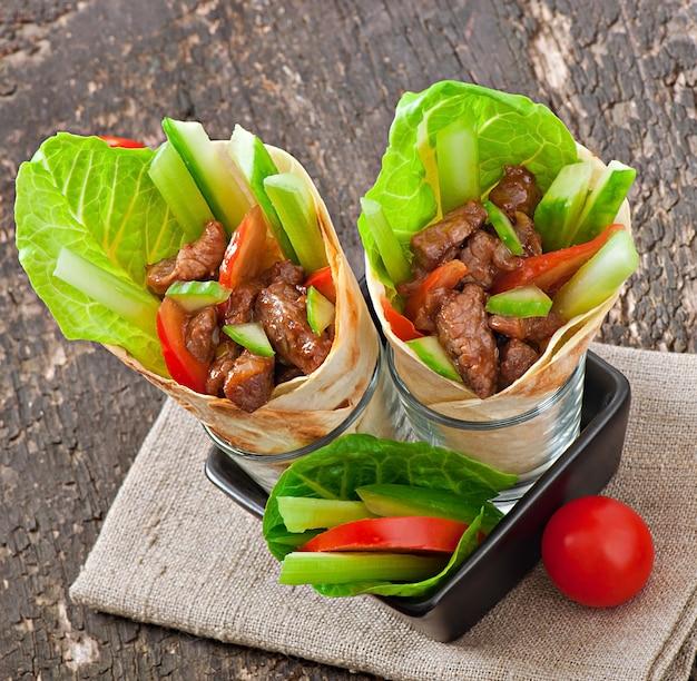 Тортилла с мясом и свежими овощами