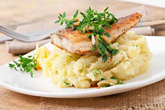 Жареная рыба с картофельным пюре