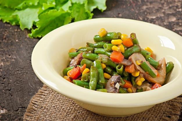 Овощное рагу - зеленая фасоль, грибы, морковь и кукуруза