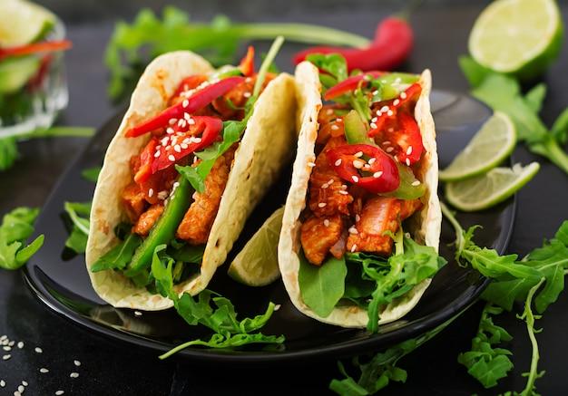 鶏ムネ肉のトマトソースとパプリカとルッコラのサルサのメキシコのタコス
