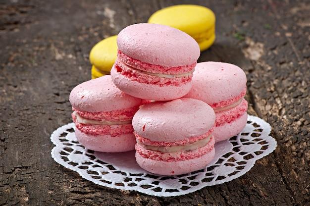 Французские красочные миндальное печенье на деревянном фоне