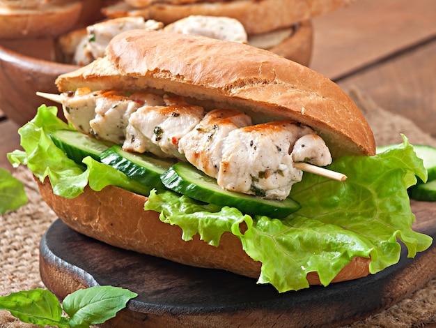 チキンケバブとレタスの大きなサンドイッチ