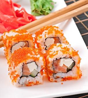 Традиционные свежие японские роллы суши